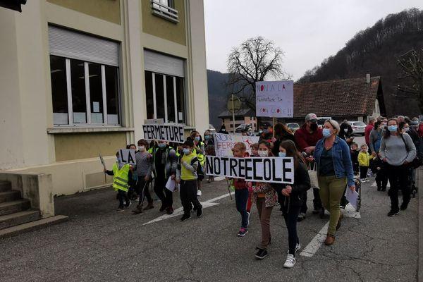 Une centaine de personnes ont défilé lundi 22 février 2021 dans les rues d'Ugine contre la décision de la municipalité de fermer l'école du Crest Cherel.
