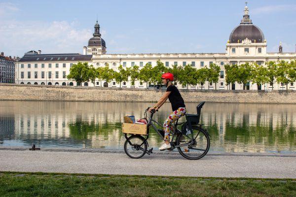 Le Joker mini. Mis au point par la start-up lyonnaise Joker Bike, une fourche cargo qui permet d'adapter votre vélo  pour transporter un volume de 70 litres maxi et 45 kg maxi. Un produit au centre de gravité abaissé qui répond aux demandes des urbains et autres transporteurs d'animaux de compagnie
