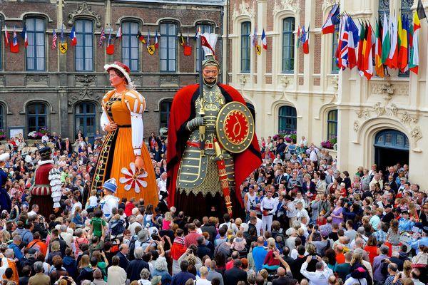 Douai, les Fêtes de Gayant 2014 - le Rigodon de la famille Gayant dans la cour de l'hôtel de ville