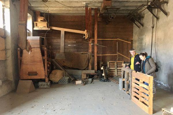 Gilles Charensol et Valérie Bonfé ont redressé ces palettes pour faciliter la visualisation du futur bar. Au fond à gauche, certains appareils de cette ancienne usine à grain vont être conservés et mis en valeur pour que le public s'imprègne aussi de l'histoire des lieux.