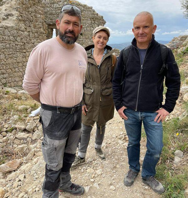Olivier Pérals, chef de chantier de rénovation du château d'Aguilar, avec Sophie Jovillard et David Maso, devant les vestiges de la forteresse d'Aguilar.