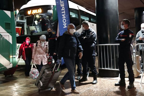 Comme prévu, une centaine de naufragés du paquebot Costa Deliziosa ont été accueillis à Montpellier lundi soir après une escale à Barcelone.52 passagers sont repartis immédiatement en bus direction Macon. Ils n'avaient pas mis pied à terre depuis Australie le 14 mars.