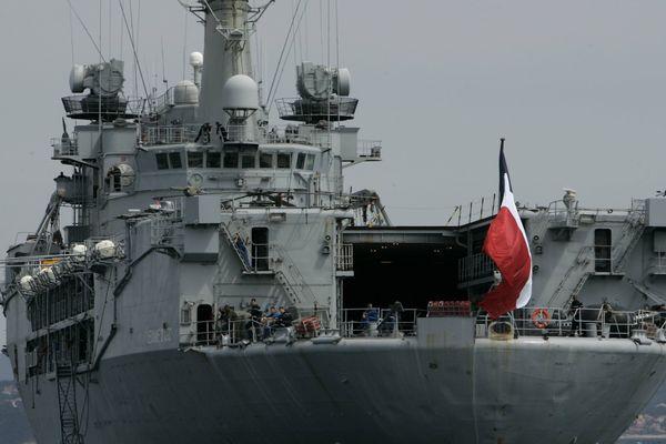 Le porte-hélicoptères Jeanne d'Arc en rade de Toulon le 26 avril 2007