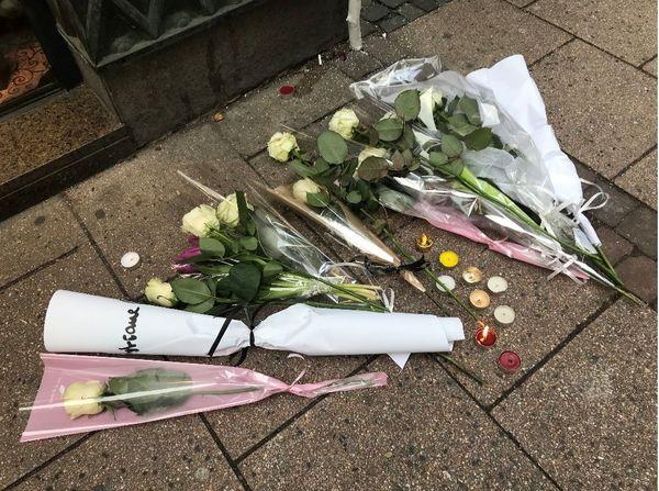 Des roses déposées rue des Orfèvres