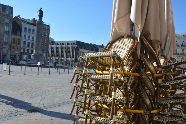 Les chaises de cette terrasses sont rangées au soleil. Jusqu'à quand ?