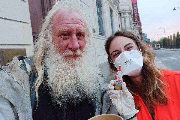 Jean-Pierre, à la rue depuis 30 ans et une nouvelle bénévole de la Croix Rouge française, lors d'une maraude pédestre à Rennes.