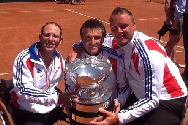 Au centre, Stéphane Houdet, licencié au Tennis Club de Rue