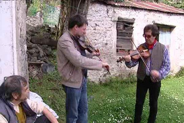 A Sermano, en Haute-Corse, des musiciens perpétuent la tradition des violoneux.
