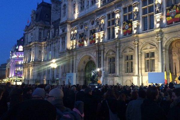 Au moins 2.000 personnes réunies sur le parvis de l'Hôtel-de-ville de Paris en solidarité avec les Bruxellois.