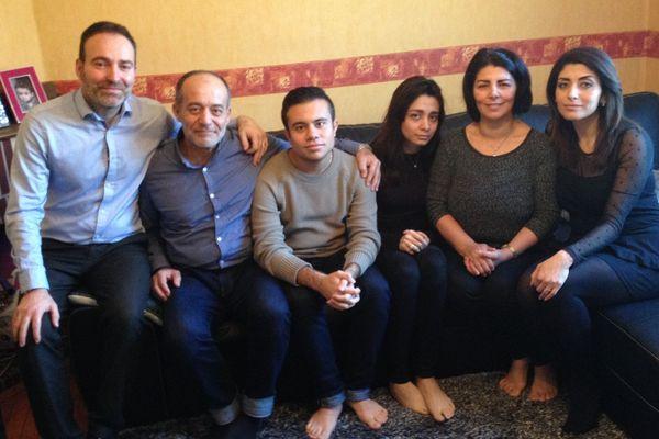 Stéphan Pélissier et sa femme Mouzayan entourent Saiseddine, Anas, Mayada et Wafa Alkhatib