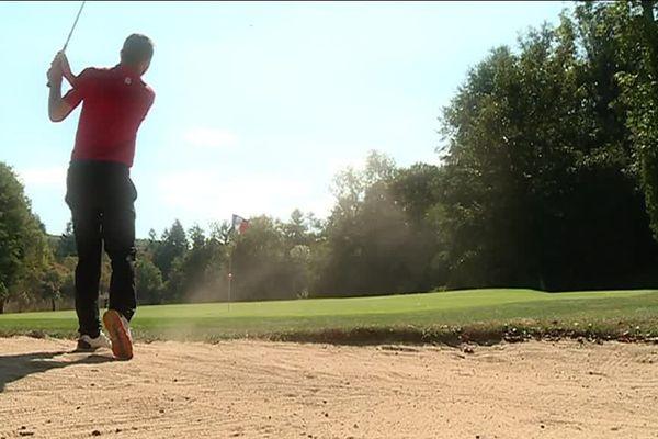 Golfeur en pleine sortie de bunker
