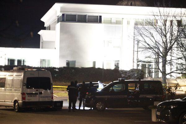 Les gendarmes lors des constatations sur le parking de l'entreprise Knauf à Wolfgantzen, mardi 26 janvier, après la découverte d'Estelle L., une femme décédée dans son véhicule.