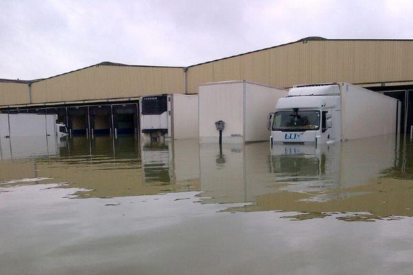 Camions sur le parking inondé d'une entreprise à Buchères