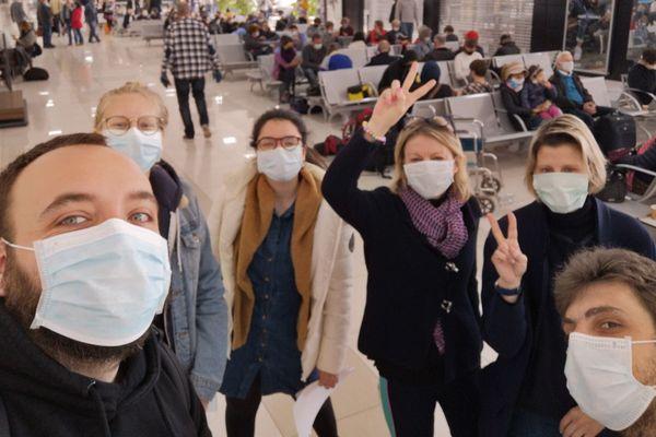 Arthur et ses amis, finalement en salle d'embarquement à l'aéroport de Tachkent