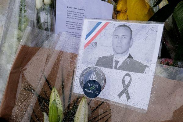 Des fleurs ont été déposées devant la gendarmerie de Carcassonne en hommage au gendarme mort en héros.