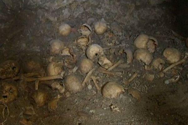 Des ossements jonchent le sol du mausolée