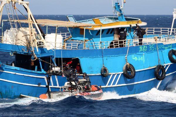 C'est dans ce navire de pêche que les douanes sont intervenues.