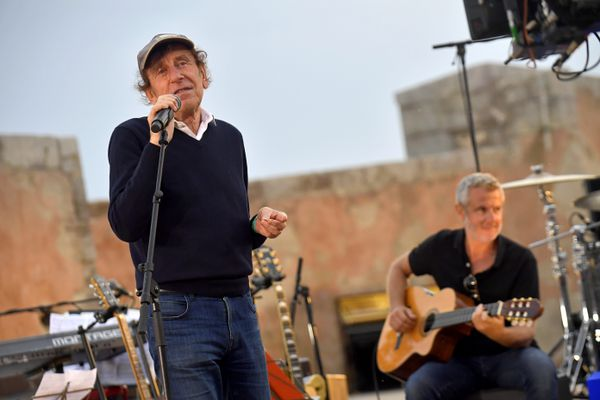 Alain Souchon lors du tournage au Théâtre de la Mer à Sète