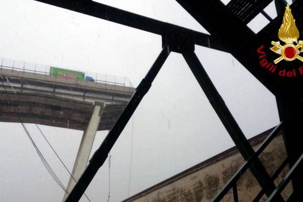 Le viaduc s'est effondré dans une zone industrielle.