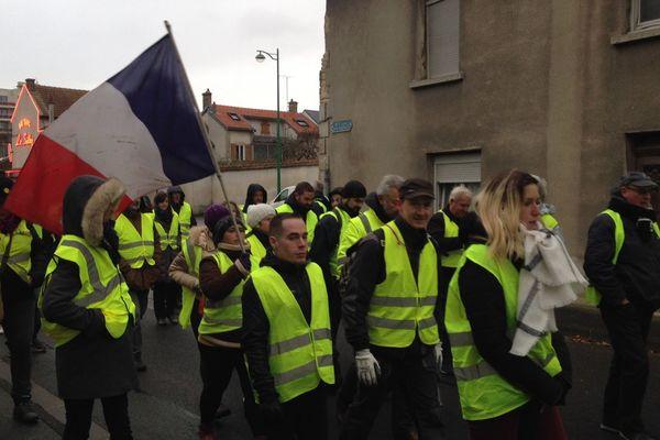 """Départ de la marche des """"gilets jaunes"""" depuis le rond-point de Taissy (Marne) vers le centre-ville de Reims."""