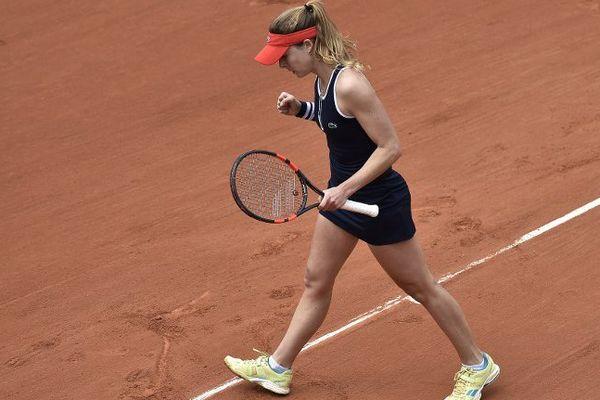 Alizé Cornet s'est qualifiée pour le deuxième tour de Roland-Garros en balayant mardi la Belge Kirsten Flipkens en deux sets 6-1, 6-0 en 53 minutes.