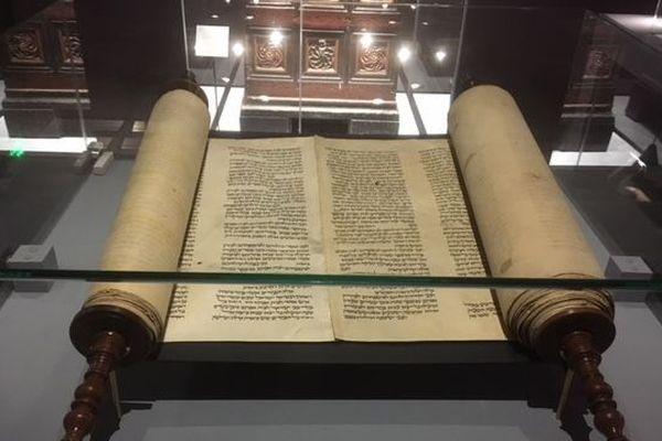 """Ce rouleau de la Torah est exposé au musée des antiquités de Rouen dans le cadre de l'exposition """"les juifs d'Europe du Nord au Moyen Age""""."""