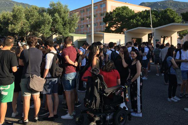 Les centaines de lycéens réunis devant le lycée giocante de Casabianca, l'un des centres d'examens insulaires, à quelques minutes de la première épreuve.