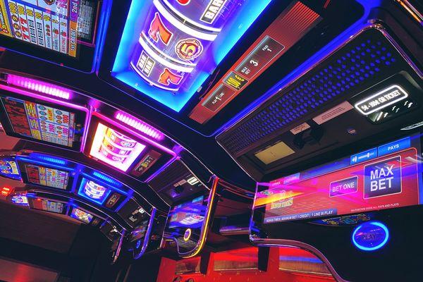 Une rangée de machines à sous, au casino de Lille.