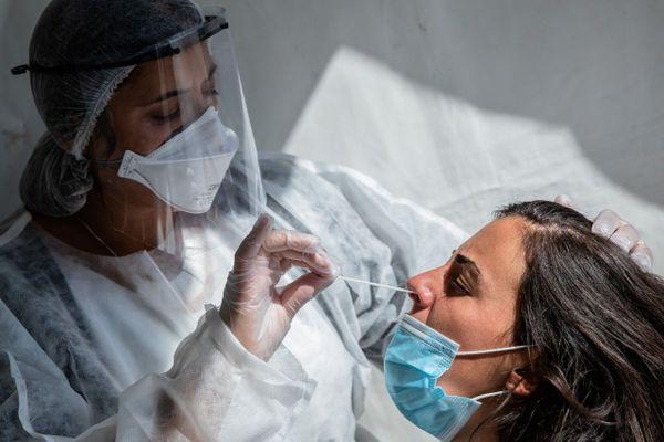 L'épidémie de coronavirus n'a pas disparue, le virus circule toujours activement, mais la situation inquiète moins les épidémiologistes.