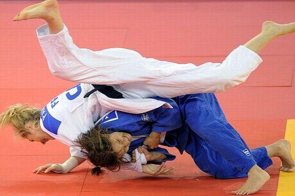 Budapest (Hongrie) - Automne Pavia (en blanc) devient championne d'Europe (-57kg) en battant avant la finale la Portuguaise Telma Montei - 25 avril 2013.