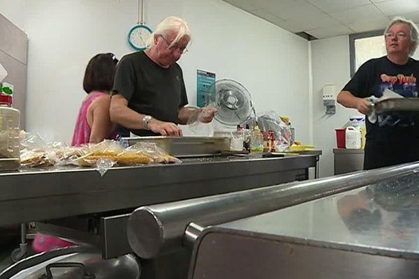 Grâce à l'aide d'une association voisine, les bénévoles de l'association les amoureux de la vie peuvent encore distribuer des repas aux sans-abris chaque lundi sur la place Antigone de Montpellier.