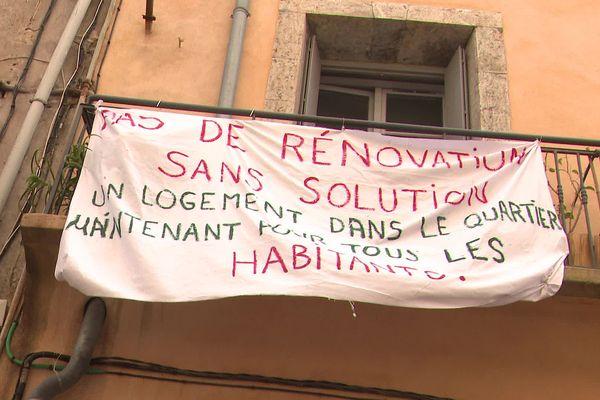Dans le quartier sétois populaire entre le port et le canal, les locataires menacés par la rénovation qui s'impose veulent être relogés à proximité.