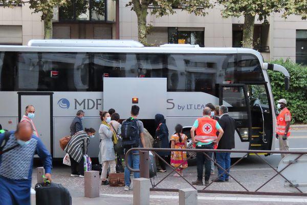 ARchives (24/08/2021). La Croix-Rouge a accueilli le premier bus de réfugiés en provenance d'Afghanistan, au Novotel de Charenton-le-Pont (Val de Marne)