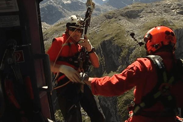 Les secours se portent au-devant des victimes en montagne grâce à l'hélicoptère Dragon 64