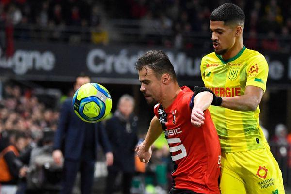 Le défenseur rennais Damien Da Silva opposé au milieu de terrain Ludovic Blas lors du derby entre le Stade Rennais et le F.C. Nantes, au Roazhon Park à Rennes, le 31janvier 2020