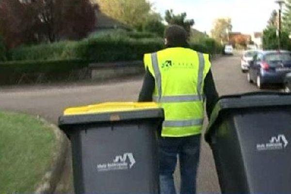 Jaune pour les recyclables, noir pour les ordures ménagères.
