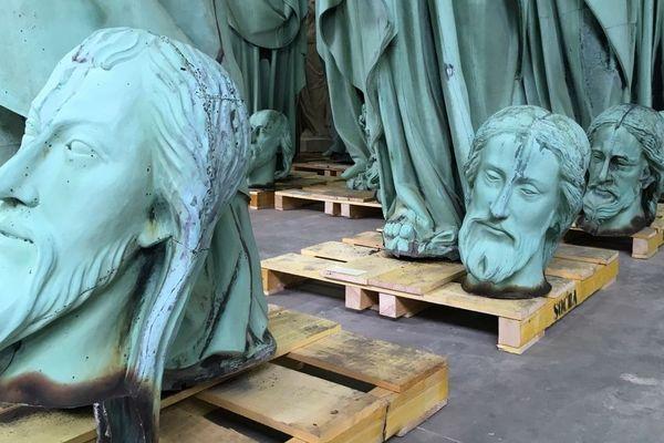 Les têtes des apôtres du toit de Notre-Dame de Paris miraculées de l'incendie. Elles sont en restauration en Dordogne, confiées à l'entreprise spécialisée Socra.