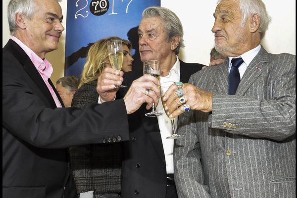 L'écrivain Pierre Pouchairet, Jean-Paul Belmondo et Delon à la remise du prix du quai des Orfèvres en 2017.