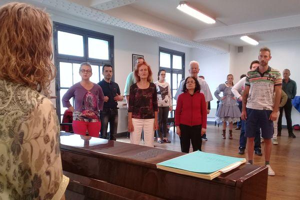 Sur les conseils de Marie-Hélène Dubois-Forges, les participants à l'atelier vocal, inscrits à 10 heures, se préparent à présenter leur spectacle... à 15h30 le jour-même!