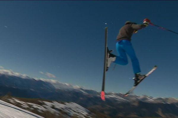 Un jeune skieur entre terre et ciel à Valberg.