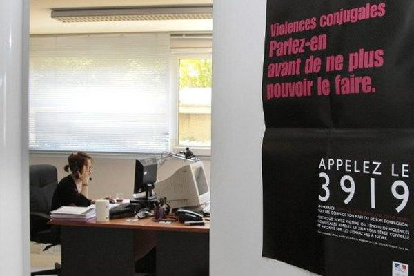 Une écoutante de la plate-forme téléphonique du 3919, numéro d'appel unique destiné aux femmes victimes de violences conjugales s'entretient avec une personne au téléphone