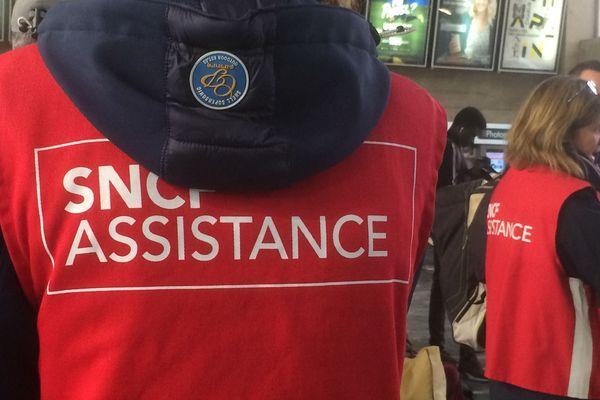 En gare de Nantes, du personnel renseigne les voyageurs sur la situation des liaisons TGV vers Paris