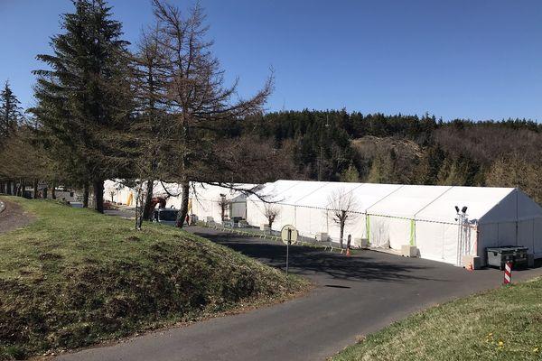 """Sur le parking des Roches Tuillière et Sanadoire (Puy-de-Dôme), se sont installés les barnums qui serviront au tournage du film """"Astérix et Obélix : l'Empire du Milieu""""."""