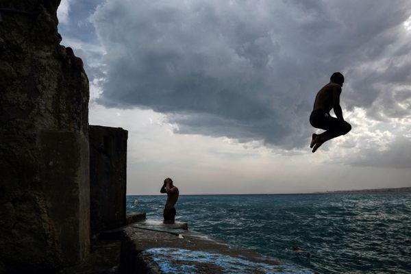 Sauter dans la Grande Bleue depuis les rochers peut être tentant, et les plongeurs bravent les interdits parfois au risque de leur vie. La prudence s'impose.
