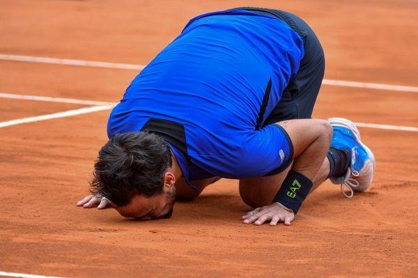 L'Italien a carrément embrassé la terre battue de Monte-Carlo après sa victoire.