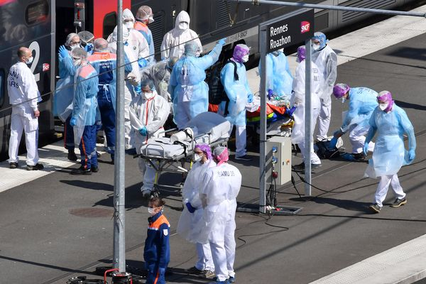 Le 1er avril 2020, un premier TGV sanitaire en provenance de Paris dépose 12 patients à Rennes où ils sont accueillis en réanimation.
