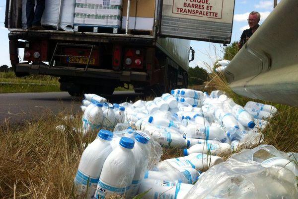 Du lait belge, contrôlé lors des barrages filtrants sur la RN12, mis au fossé par les producteurs bretons en colère.