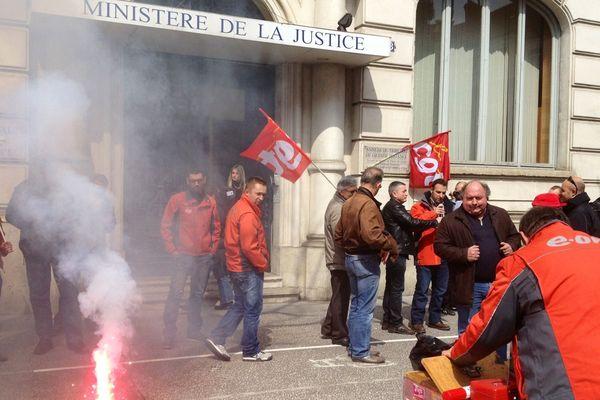 Manifestation des salariés de Lucy III devant l'annexe du TGI de Chalon-sur-Saône (71)