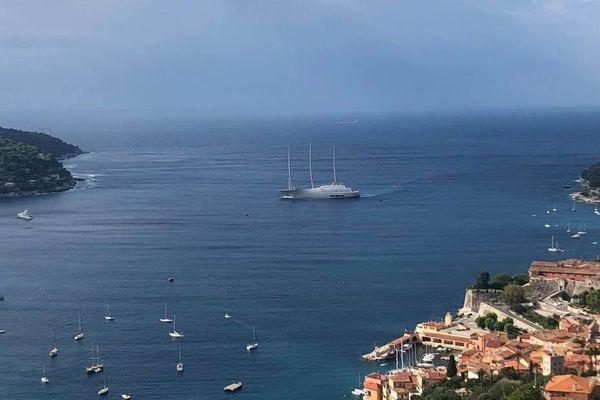 """Le voilier """"A"""", ce samedi matin dans la rade de Villefranche-sur-Mer avant l'orage"""