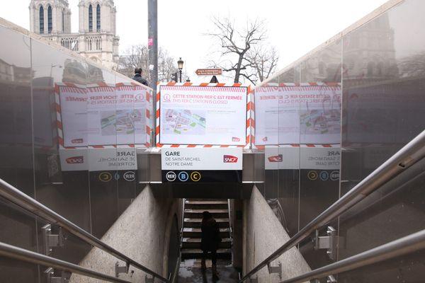 Conséquences de la crue de la Seine du début de l'année 2018, la gare du RER C Saint-Michel Notre-Dame, empruntée quotidiennement par 60 000 usagers, a subi d'importantes infiltrations d'eaux qui ont endommagé la voûte, obligeant sa fermeture pour travaux, notamment de désamiantage, durant plusieurs semaines.
